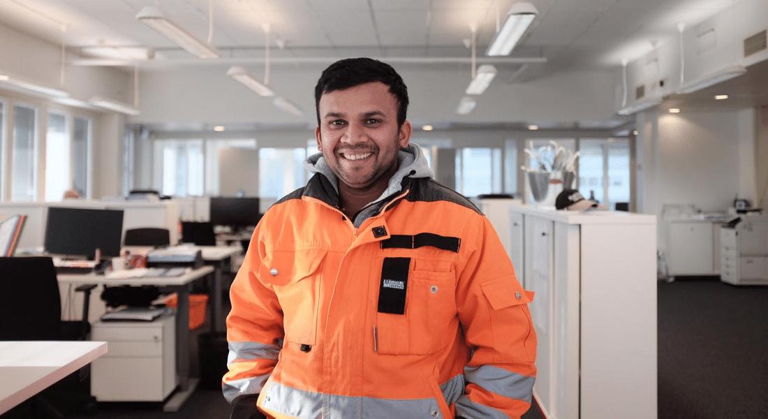 Smiling Siskon Siivous cleaner in orange jacket